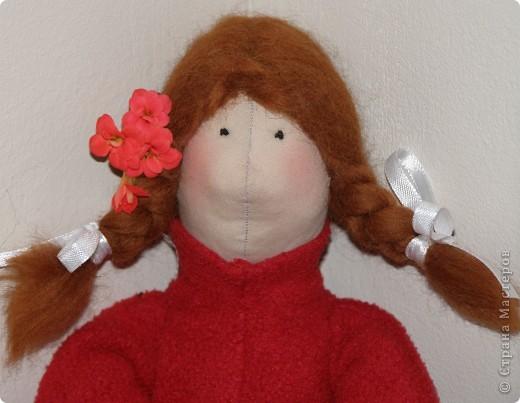 Дочка увидела на одном из сайтов куклу Тильду и загорелась... Я нарыла информацию в интернете и понеслось... Как говорится я ее слепила из того что было. Назвали мы ее Мэри. Рот пока не стала делать, но мне кажется без него как то не так. Дочь говорит пусть остается без рта, не разболтает никому мои секреты.;) фото 1