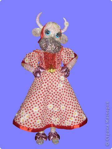 """За основу маски взята любая маска, на нее наклеена вата и сформирована морда, Сверху обмазана клеем ПВА и посыпана мелко нарезанной мишурой. Реальные отверстия для глаз прикрыты белой марлей, а """"коровьи"""" глаза наклеены выше. фото 2"""