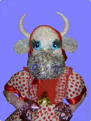 """За основу маски взята любая маска, на нее наклеена вата и сформирована морда, Сверху обмазана клеем ПВА и посыпана мелко нарезанной мишурой. Реальные отверстия для глаз прикрыты белой марлей, а """"коровьи"""" глаза наклеены выше. фото 1"""