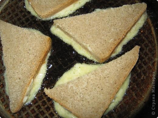 """Когда-то давно в журнале """"Смак"""", муж нашел рецепт финских бутербродов, я даже не поняла из чего он их приготовил. Одна читательница журнала написала в письме, что все рецепты требуют множество затрат, и что есть такая пословица """"Было-бы маслице и курочка, приготовит и дурочка"""", а вы приготовте из тех продуктов, что всегда есть в доме.  фото 4"""
