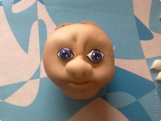 Хочу поделиться идеей (хотя возможна она не нова) как можно слепить глазки для кукол.Решила попробовать себя в технике Холодный фарфор,но видимо это не моё.И остался он лежать.И вот когда я взялась за очередную куклу возникла проблема с глазками.Пуговиц не напасёшся.Да и не всегда есть нужный размер.Из гипса почемуто у меня не получается.И тут я вспомнила про ХФ.И оказалось очень удобный материал для лепки глазок.Ведь можно слепить любого размера и формы.Застывает не долго.Прекрасно красится и покрывается лдаком. фото 4