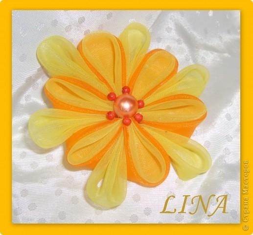 Самый первый был бело-голубой цветочек,поэтому он такой и неказистый:)  бело-голубой и маленький оранжевый из атласных лент фото 2