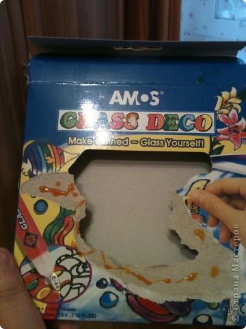 Недавно разгребая свои старые запасы всякой чуши нашла несколько тюбиков витражных красок. (Продаются такие детские наборы, там рисуешь такиим красками на прозрачной штуковине, а потом клеишь куда-нибудь) Сами тюбики были грязные, помятые, коробка вся разорвана и не менее грязная. Я даже не помнила, откуда они у меня (Я таким увлекалась лет 4-5 назад, видимо с тех времен и осталось) И я понесла все это дело в помойку. Пока несла подумала - а вдруг там еще что-то осталось? И на удачу выдавила немного краски на бумагу.... Краски были как новые. Я обрадовалась своей находке и принялась их изучать. А в этой записи я про них расскажу и перечислю все недостатки и достоинства. Итак, начнем фото 2