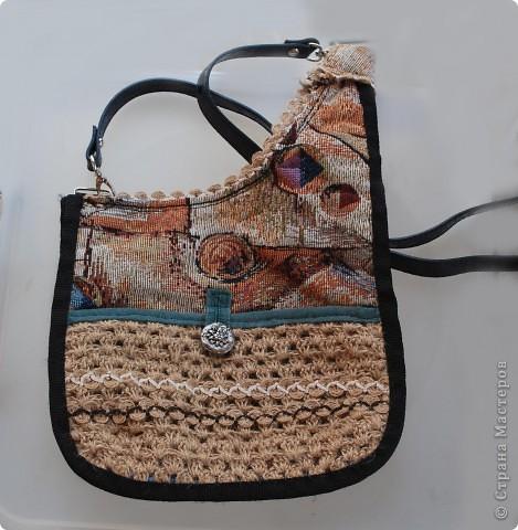 Очень стильно смотрятся летние сумки, связанные из льняного шпагата и ниток (акриловых,шерстяных, хлопчатобумажных и др.). Такая сумочка вяжется по кругу. Сначала вывязывается донышко, а затем и сама сумка.Застежка может быть самой разной: молния или  клапан на декоративной пуговице. Украшением изделия служат декоративные полосы, тесьма из льняных жгутов,  пуговицы, куколки и др. Очень красиво выглядит сочетание льняного жгута с вышивкой лентами. Льняную веревку (тонкую, ровно скрученную) можно купить в хозяйственных магазинах или в тех, где продается все для дачников. Одной бобины будет достаточно.  фото 7
