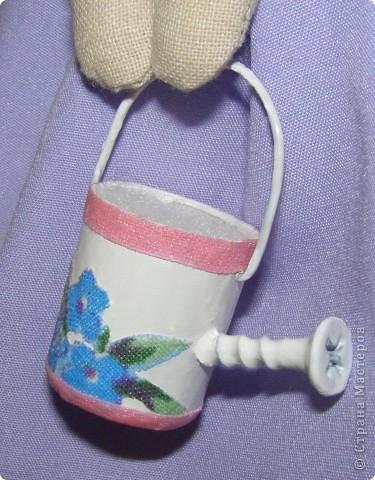 Кажется у меня начинается Тильдамания. Вот еще одна тильдочка по имени Флора, она обожает цветы и с удовольствием за ними ухаживает. Эта куколка гораздо меньше первой, но шить мне ее было сложнее из-за мелких деталей.  фото 5