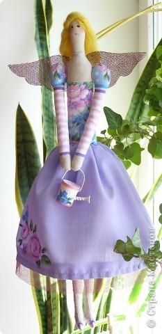 Кажется у меня начинается Тильдамания. Вот еще одна тильдочка по имени Флора, она обожает цветы и с удовольствием за ними ухаживает. Эта куколка гораздо меньше первой, но шить мне ее было сложнее из-за мелких деталей.  фото 3