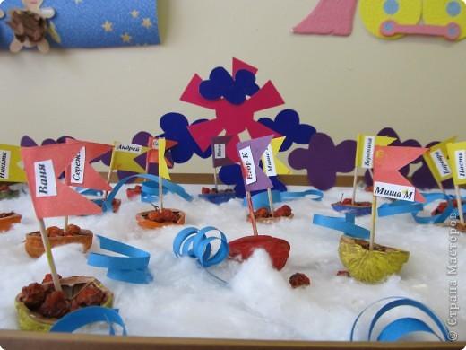 эту коллективную работу выполнили дети 2 младшей группы детского сада. Мы отправились в далекое плаванье на лодочках-скорлупках грецкого ореха. фото 1