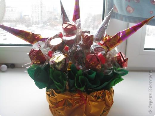 Вот такой конфетный букетик для бабушке на день рождения. Все просто и на мой взгляд красиво :)  фото 1