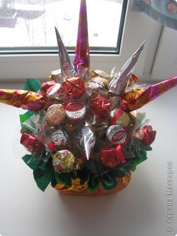 Вот такой конфетный букетик для бабушке на день рождения. Все просто и на мой взгляд красиво :)  фото 2