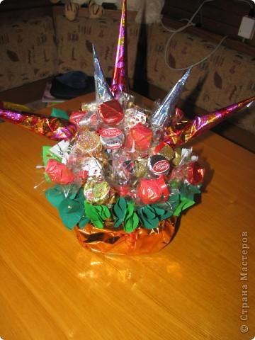 Вот такой конфетный букетик для бабушке на день рождения. Все просто и на мой взгляд красиво :)  фото 3