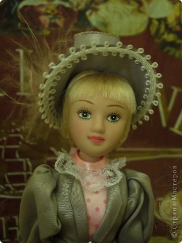 Вот и новая куколка. Сесили выполнена довольно аккуратно, личико милое. Но, наряд очень хотелось дополнить, сделать героиню задорней, моложе. фото 7