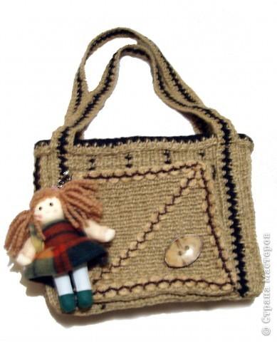 Очень стильно смотрятся летние сумки, связанные из льняного шпагата и ниток (акриловых,шерстяных, хлопчатобумажных и др.). Такая сумочка вяжется по кругу. Сначала вывязывается донышко, а затем и сама сумка.Застежка может быть самой разной: молния или  клапан на декоративной пуговице. Украшением изделия служат декоративные полосы, тесьма из льняных жгутов,  пуговицы, куколки и др. Очень красиво выглядит сочетание льняного жгута с вышивкой лентами. Льняную веревку (тонкую, ровно скрученную) можно купить в хозяйственных магазинах или в тех, где продается все для дачников. Одной бобины будет достаточно.  фото 5