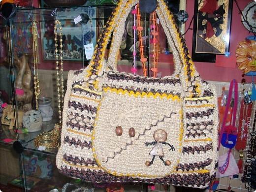 Очень стильно смотрятся летние сумки, связанные из льняного шпагата и ниток (акриловых,шерстяных, хлопчатобумажных и др.). Такая сумочка вяжется по кругу. Сначала вывязывается донышко, а затем и сама сумка.Застежка может быть самой разной: молния или  клапан на декоративной пуговице. Украшением изделия служат декоративные полосы, тесьма из льняных жгутов,  пуговицы, куколки и др. Очень красиво выглядит сочетание льняного жгута с вышивкой лентами. Льняную веревку (тонкую, ровно скрученную) можно купить в хозяйственных магазинах или в тех, где продается все для дачников. Одной бобины будет достаточно.  фото 6