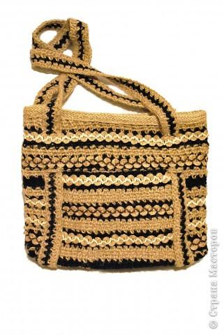 Очень стильно смотрятся летние сумки, связанные из льняного шпагата и ниток (акриловых,шерстяных, хлопчатобумажных и др.). Такая сумочка вяжется по кругу. Сначала вывязывается донышко, а затем и сама сумка.Застежка может быть самой разной: молния или  клапан на декоративной пуговице. Украшением изделия служат декоративные полосы, тесьма из льняных жгутов,  пуговицы, куколки и др. Очень красиво выглядит сочетание льняного жгута с вышивкой лентами. Льняную веревку (тонкую, ровно скрученную) можно купить в хозяйственных магазинах или в тех, где продается все для дачников. Одной бобины будет достаточно.  фото 1