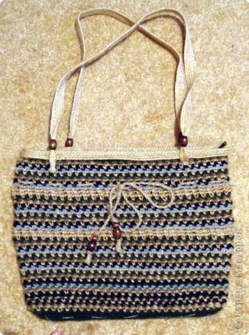 Очень стильно смотрятся летние сумки, связанные из льняного шпагата и ниток (акриловых,шерстяных, хлопчатобумажных и др.). Такая сумочка вяжется по кругу. Сначала вывязывается донышко, а затем и сама сумка.Застежка может быть самой разной: молния или  клапан на декоративной пуговице. Украшением изделия служат декоративные полосы, тесьма из льняных жгутов,  пуговицы, куколки и др. Очень красиво выглядит сочетание льняного жгута с вышивкой лентами. Льняную веревку (тонкую, ровно скрученную) можно купить в хозяйственных магазинах или в тех, где продается все для дачников. Одной бобины будет достаточно.  фото 3