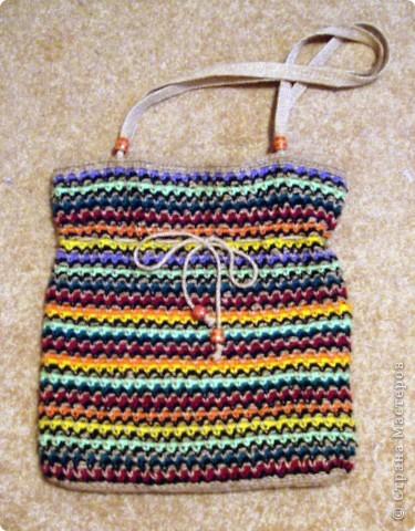 Очень стильно смотрятся летние сумки, связанные из льняного шпагата и ниток (акриловых,шерстяных, хлопчатобумажных и др.). Такая сумочка вяжется по кругу. Сначала вывязывается донышко, а затем и сама сумка.Застежка может быть самой разной: молния или  клапан на декоративной пуговице. Украшением изделия служат декоративные полосы, тесьма из льняных жгутов,  пуговицы, куколки и др. Очень красиво выглядит сочетание льняного жгута с вышивкой лентами. Льняную веревку (тонкую, ровно скрученную) можно купить в хозяйственных магазинах или в тех, где продается все для дачников. Одной бобины будет достаточно.  фото 4