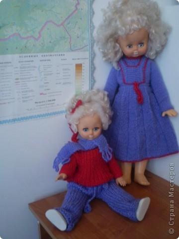 Соседи отдали старенькие игрушки, решила их одеть. Одна нарядилсь в кофточку и сарафан, а вторая в свитер, брючки и добавила шарфик. Холодно у нас   фото 1