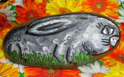 После того, как мы расписали первые камушки, все остальные камушки прослышали об этом и стали стекаться к нам со всей округи :) Так у нас поселились киты  фото 8