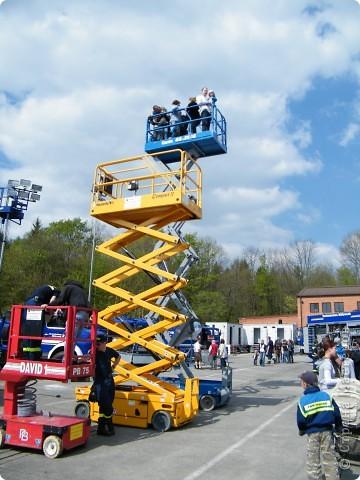 Перевернутый автобус, в конце дня его поднимут, демонстрируя спасательную операцию фото 2