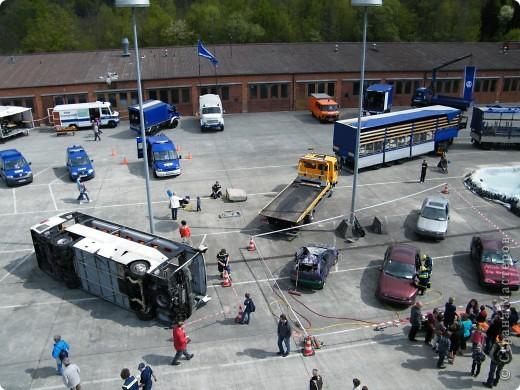 Перевернутый автобус, в конце дня его поднимут, демонстрируя спасательную операцию фото 5