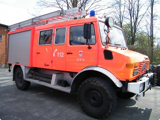 Перевернутый автобус, в конце дня его поднимут, демонстрируя спасательную операцию фото 12