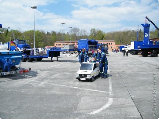 Перевернутый автобус, в конце дня его поднимут, демонстрируя спасательную операцию фото 13