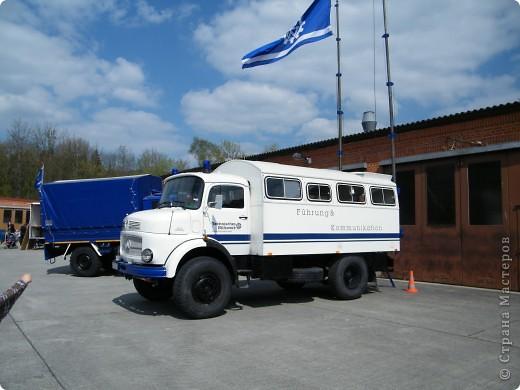 Перевернутый автобус, в конце дня его поднимут, демонстрируя спасательную операцию фото 14
