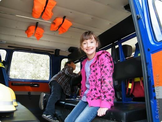 Перевернутый автобус, в конце дня его поднимут, демонстрируя спасательную операцию фото 18