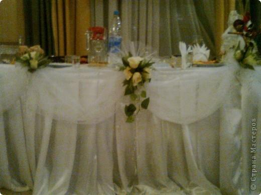 """Вот так мы задекорировали свадебный стол! Прости за фото, ночью с телефона, да еще и под конец свадьбы. Обещаю сфоткать в начале """"при полном параде""""."""