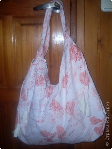 сумку сшила из джинсовой ткани ,подклад из старого плаща(он плотный и придает форму).Для украшения сделала кисточки из кожи