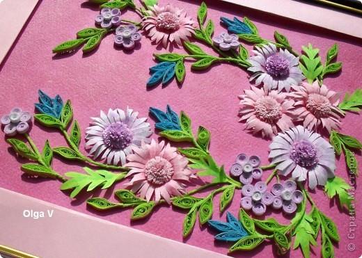 И снова предлагаю вашему вниманию очередную цветочную композицию. При выполнении композиции следовала таблице про гармонирующие цвета. Таблицу можно посмотреть вот здесь http://stranamasterov.ru/node/160683. Цветы покрупнее слегка затонировала сиреневыми и розовыми тенями. фото 4
