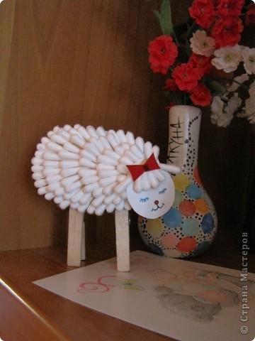 Подставка в виде овечки, сделанной из ватных палочек. фото 2