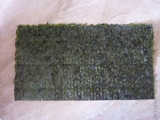 Темаки - разновидность суши, японцы их называют ручными рулетиками. Это трубочки-кулёчки из сушеных водорослей нори в форме конуса, наполненные рисом, морепродуктами и овощами на  выбор. Темаки-суши – особенно необычный вид суши. Своему созданию они обязаны вечно занятым поварам, у которых под рукой всегда были все ингредиенты для приготовления суши, но совсем не хватало времени, чтобы приготовить их для себя. Так и возникла эта быстрая закуска.    фото 2