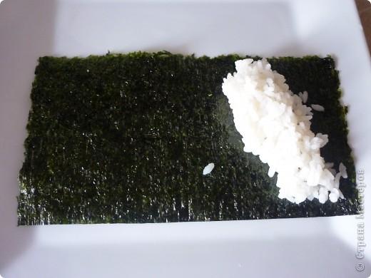 Темаки - разновидность суши, японцы их называют ручными рулетиками. Это трубочки-кулёчки из сушеных водорослей нори в форме конуса, наполненные рисом, морепродуктами и овощами на  выбор. Темаки-суши – особенно необычный вид суши. Своему созданию они обязаны вечно занятым поварам, у которых под рукой всегда были все ингредиенты для приготовления суши, но совсем не хватало времени, чтобы приготовить их для себя. Так и возникла эта быстрая закуска.    фото 3