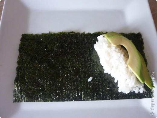 Темаки - разновидность суши, японцы их называют ручными рулетиками. Это трубочки-кулёчки из сушеных водорослей нори в форме конуса, наполненные рисом, морепродуктами и овощами на  выбор. Темаки-суши – особенно необычный вид суши. Своему созданию они обязаны вечно занятым поварам, у которых под рукой всегда были все ингредиенты для приготовления суши, но совсем не хватало времени, чтобы приготовить их для себя. Так и возникла эта быстрая закуска.    фото 4