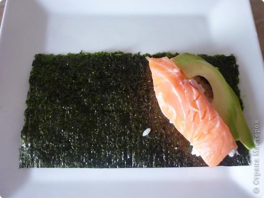 Темаки - разновидность суши, японцы их называют ручными рулетиками. Это трубочки-кулёчки из сушеных водорослей нори в форме конуса, наполненные рисом, морепродуктами и овощами на  выбор. Темаки-суши – особенно необычный вид суши. Своему созданию они обязаны вечно занятым поварам, у которых под рукой всегда были все ингредиенты для приготовления суши, но совсем не хватало времени, чтобы приготовить их для себя. Так и возникла эта быстрая закуска.    фото 5