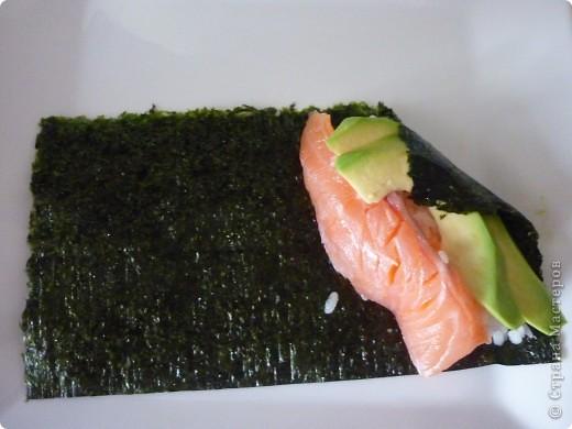 Темаки - разновидность суши, японцы их называют ручными рулетиками. Это трубочки-кулёчки из сушеных водорослей нори в форме конуса, наполненные рисом, морепродуктами и овощами на  выбор. Темаки-суши – особенно необычный вид суши. Своему созданию они обязаны вечно занятым поварам, у которых под рукой всегда были все ингредиенты для приготовления суши, но совсем не хватало времени, чтобы приготовить их для себя. Так и возникла эта быстрая закуска.    фото 6