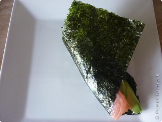 Темаки - разновидность суши, японцы их называют ручными рулетиками. Это трубочки-кулёчки из сушеных водорослей нори в форме конуса, наполненные рисом, морепродуктами и овощами на  выбор. Темаки-суши – особенно необычный вид суши. Своему созданию они обязаны вечно занятым поварам, у которых под рукой всегда были все ингредиенты для приготовления суши, но совсем не хватало времени, чтобы приготовить их для себя. Так и возникла эта быстрая закуска.    фото 7