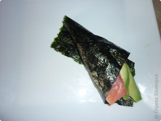 Темаки - разновидность суши, японцы их называют ручными рулетиками. Это трубочки-кулёчки из сушеных водорослей нори в форме конуса, наполненные рисом, морепродуктами и овощами на  выбор. Темаки-суши – особенно необычный вид суши. Своему созданию они обязаны вечно занятым поварам, у которых под рукой всегда были все ингредиенты для приготовления суши, но совсем не хватало времени, чтобы приготовить их для себя. Так и возникла эта быстрая закуска.    фото 8