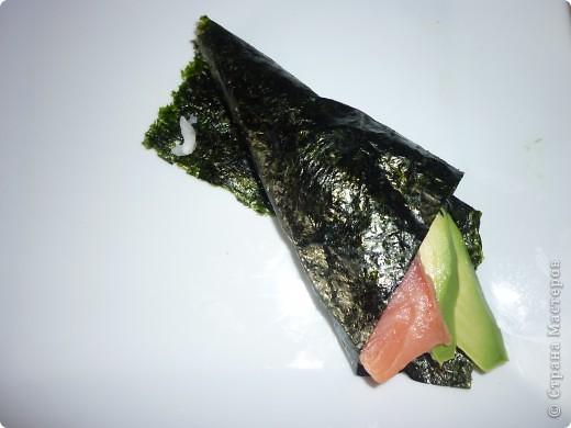 Темаки - разновидность суши, японцы их называют ручными рулетиками. Это трубочки-кулёчки из сушеных водорослей нори в форме конуса, наполненные рисом, морепродуктами и овощами на  выбор. Темаки-суши – особенно необычный вид суши. Своему созданию они обязаны вечно занятым поварам, у которых под рукой всегда были все ингредиенты для приготовления суши, но совсем не хватало времени, чтобы приготовить их для себя. Так и возникла эта быстрая закуска.    фото 9