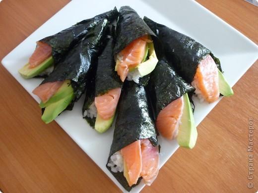 Темаки - разновидность суши, японцы их называют ручными рулетиками. Это трубочки-кулёчки из сушеных водорослей нори в форме конуса, наполненные рисом, морепродуктами и овощами на  выбор. Темаки-суши – особенно необычный вид суши. Своему созданию они обязаны вечно занятым поварам, у которых под рукой всегда были все ингредиенты для приготовления суши, но совсем не хватало времени, чтобы приготовить их для себя. Так и возникла эта быстрая закуска.    фото 1