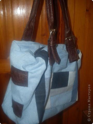 Накопилось много кусочков от разных джинсов ,вот и решила сшить сумку.Ручки взяла от старой сумки фото 2