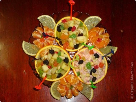 На фотографии салат, приготовленный уже в кругу семьи. И украшен он не так шикарно, как был украшен салатик к конкурсу. Мы с детьми ещё использовали сливки, трубочки для коктейля.