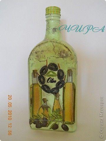 Бутылка Масло и маслины.  Эта бутылка вся была в выпуклых надписях и символах. Пыталась закрыть яичным кракле-не понравилось,всё смыла. В итоге вот этот венок из маслин-это попытка закрыть двуглавого орла. Конечно он здесь лишний(веночек), но орёл был вообще ни к чему... фото 1