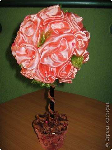 """Ну вот вдобавку к бисерным деревья """"вырастила"""" ещё и розовое деревцо. Розы изготовлены из остатков тюля, самый простой цветочный горшок задекоррирован остатками  диванной ткани, безотходное производство)))"""