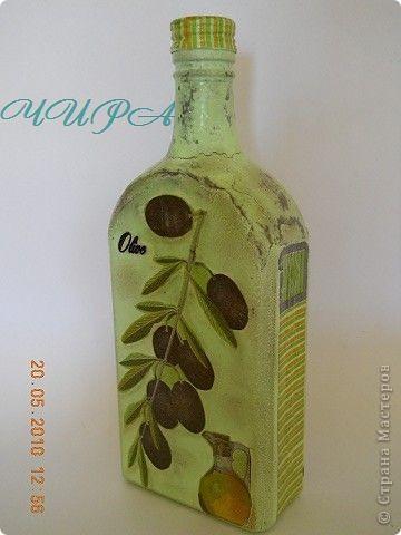 Бутылка Масло и маслины.  Эта бутылка вся была в выпуклых надписях и символах. Пыталась закрыть яичным кракле-не понравилось,всё смыла. В итоге вот этот венок из маслин-это попытка закрыть двуглавого орла. Конечно он здесь лишний(веночек), но орёл был вообще ни к чему... фото 2