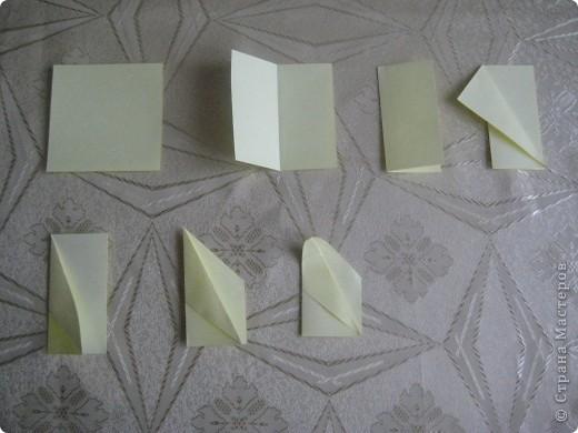 """Это первый способ. Берем квадрат и складываем его пополам,после отгибаем в сторну от нижнего угла к верхнему одну сторону """"книжки"""". Заворачиваем уголки формируя угол и получаем лепесток. Далее делаем лепестков пока не устанем- завиваем их карандашом и склеиваем сначала по рядам - а после ряды между собой!  фото 1"""