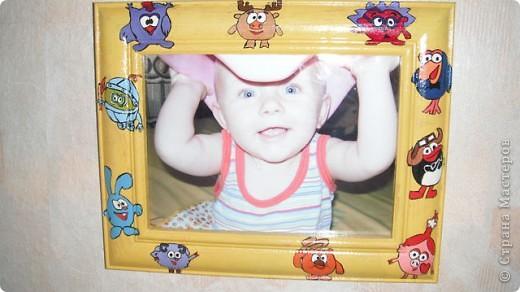 купила деревянную рамку и раскрасила ее гуашью, получилась вот такая веселая фоторамка для дочкиной фотографии с ее любимыми смешариками