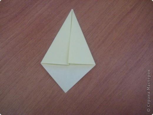 """Это первый способ. Берем квадрат и складываем его пополам,после отгибаем в сторну от нижнего угла к верхнему одну сторону """"книжки"""". Заворачиваем уголки формируя угол и получаем лепесток. Далее делаем лепестков пока не устанем- завиваем их карандашом и склеиваем сначала по рядам - а после ряды между собой!  фото 7"""