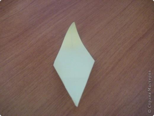 """Это первый способ. Берем квадрат и складываем его пополам,после отгибаем в сторну от нижнего угла к верхнему одну сторону """"книжки"""". Заворачиваем уголки формируя угол и получаем лепесток. Далее делаем лепестков пока не устанем- завиваем их карандашом и склеиваем сначала по рядам - а после ряды между собой!  фото 9"""